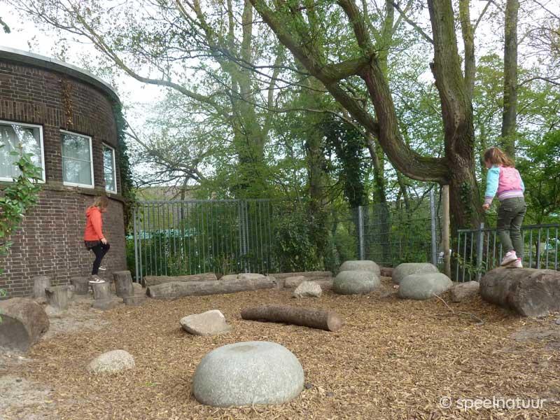 balans parcours op een groen schoolplein