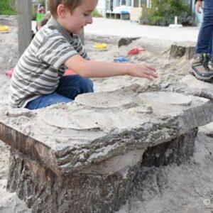 groen schoolplein spelen met water en zand