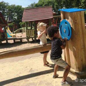 waterpomp voor spelen met water op een groenblauw schoolplein